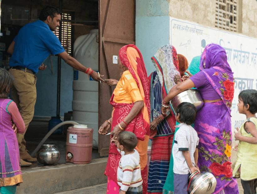 ehs-volunteer-helping-women