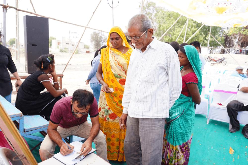 old-man-with-sarvajal-volunteer