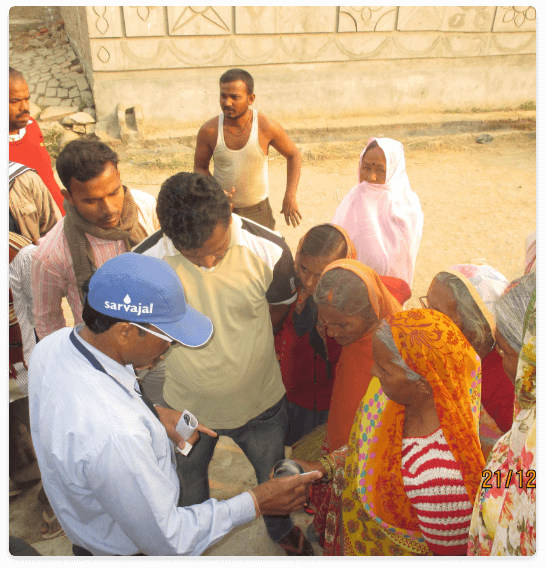 volunteer-discussing-with-villagers